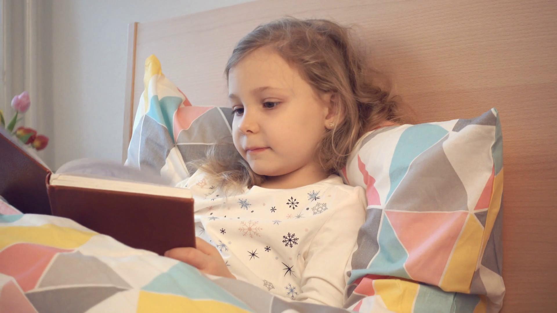 Fetiță care citeşte povești pentru copii
